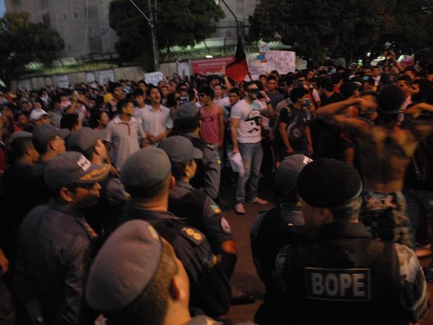 Policiais cercam manifestantes em Macapá (Foto: Gabriel Penha/G1)