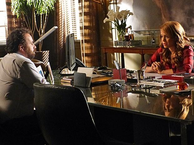 Cristina pede ajuda a Ismael para acalmar funcionários (Foto: Cláudia Castilho/ Gshow)