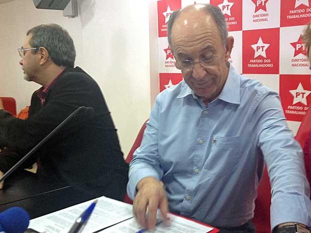 Presidente nacional do PT, Rui Falcão (dir.), ao lado de Alberto Cantalice, um dos vice-presidentes, em entrevista coletiva após reunião do Diretório Nacional do partido (Foto: Roney Domingos (G1))