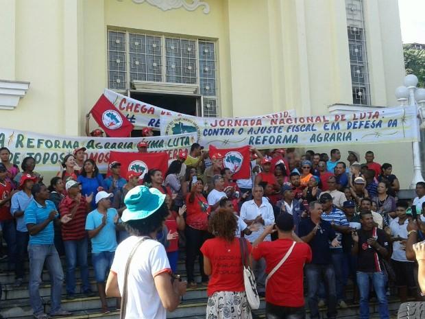 Sede do Ministério da Fazenda, em Salvador, é ocupada por trabalhadores sem-terra (Foto: Coletivo de Comunicação do MST-BA/Divulgação)