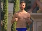 Calvin Harris posa de sunga e exibe físico sarado