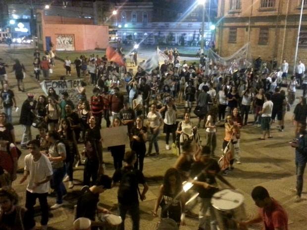 Manifestantes chegam à Praça Antônio Carlos (Foto: Rafael Antunes/G1)