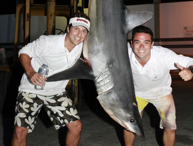 Tubarão fisgado por Fabricio Ribeiro e Franco Gozzi durante torneio de pesca no ES (Foto: Divulgação/Crossmidia)
