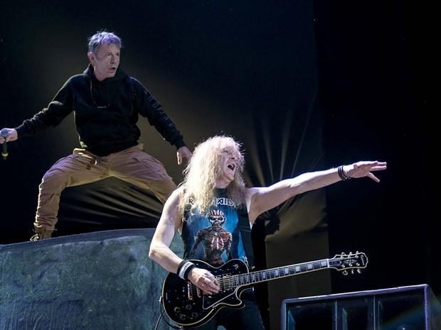 O vocalista Bruce Dickinson e o guitarrista Janick Gers, no Iron Maiden (Foto: Alexandre Bastos/G1)