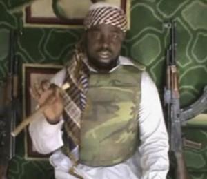 Reprodução de vídeo mostra o líder do Boko Haram, Abubakar Shekau. Grupo assumiu a autoria do sequestro de quase 300 meninas no norte da Nigéria (Foto: AP)