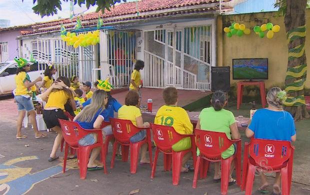 Família acompanhando o jogo entre Brasil e México (Foto: Reprodução/TV Amapá)