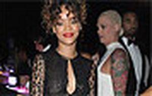 Rihanna posa para foto sem sutiã e deixa piercing no mamilo à mostra