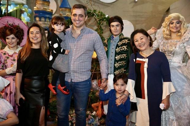 Karina Sato com os filhos, Felipe e Manuela, o marido, Felipe, e a mãe, Kika (Foto: Brazil News / Manuela Scarpa)
