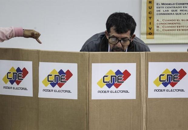 Eleitor vota na eleição da Assembleia Constituinte na Venezuela (Foto: Miguel Gutierrez/EFE)