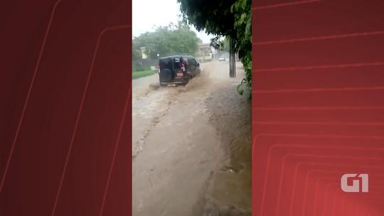 Temporal alagas ruas e causa transtornos em Cumuruxatiba, na Bahia
