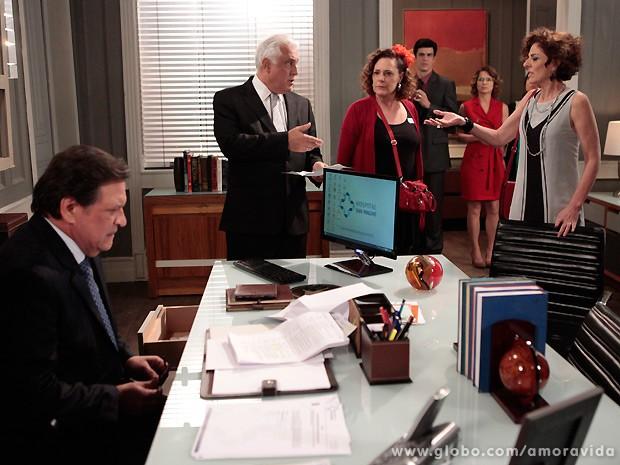 Márcia aparece na sala de Atílio e o barraco começa (Foto: Amor à Vida / TV Globo)