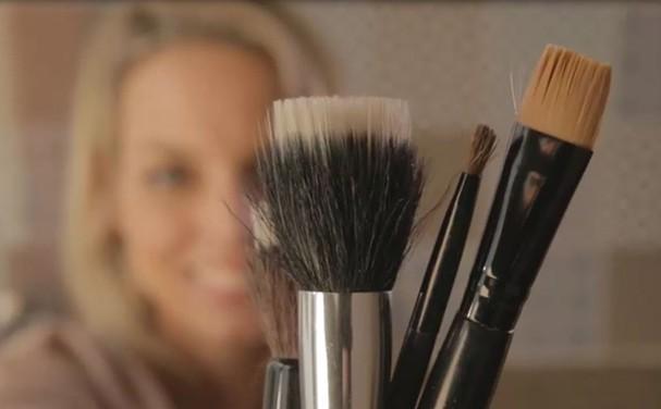 Fórmula caseira para limpar pincéis: aprenda (Foto: Glamour)