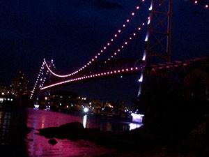 Ponte Hercílio Luz está cor-de-rosa em Homenagem ao movimento 'Outubro Rosa' (Foto: Raquel Santi)
