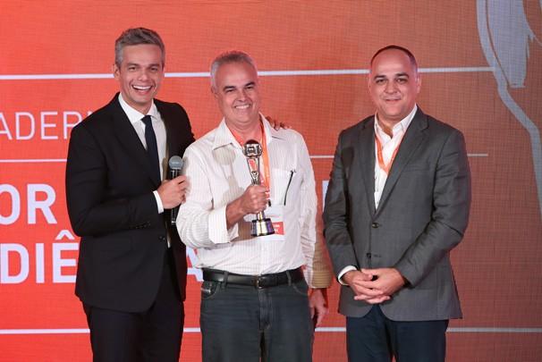 Amadeu Lima (centro) representou a Rede Paraíba de Comunicação em prêmio apresentado por Otaviano Costa (esquerda) e entregue por Amauri Soares (direita) (Foto: Divulgação)
