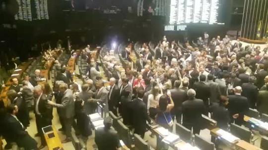 Oposição se retira da Câmara, e governistas aprovam MPs