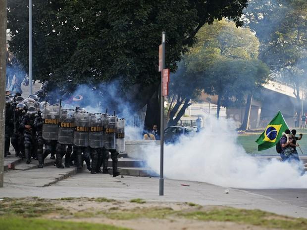 Confronto entre polícia e manifestantes no Rio (Foto: Luciana Whitaker/Reuters)
