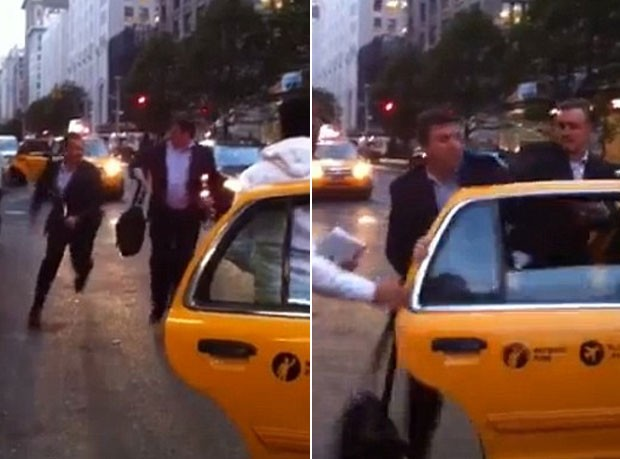Dois homens foram flagrados brigando por um táxi na cidade de Nova York. (Foto: Reprodução)