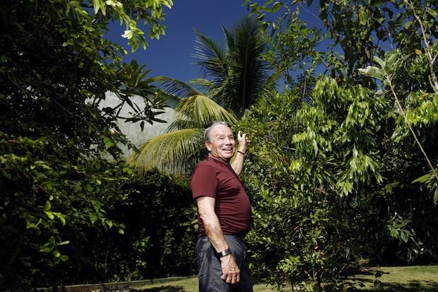 Stênio Garcia também plantou uma árvore em homenagem a José Wilker (Foto: Marcos Serra Lima/EGO)