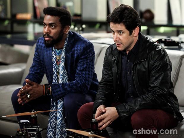 Jonas diz a Brian que está sendo vigiado (Foto: Camila Camacho/TV Globo)