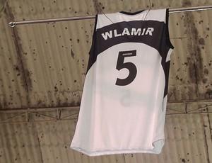Camisa que Wlamir usava foi homenageada durante cerimônia no Tumiaru (Foto: Reprodução / TV Tribuna)