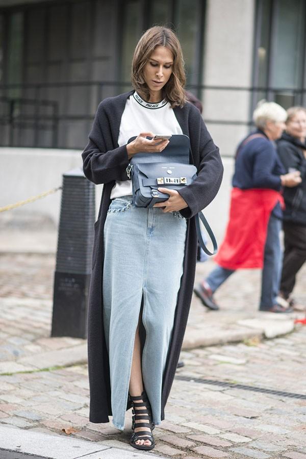 Saia longa jeans (Foto: Imaxtree)