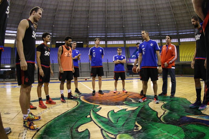Neto conversa com o grupo do Flamengo antes da final do NBB (Foto: Marcello Pires)