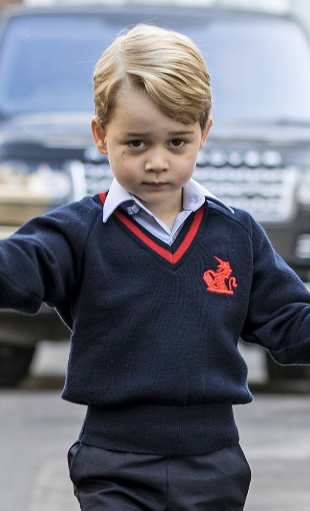 LONDON, ENGLAND - SEPTEMBER 7: (EDITORS NOTE: Retransmission of #843616148  with alternate crop.) Prince George of Cambridge arrives for his first day of school at Thomas's Battersea on September 7, 2017 in London, England. (Photo by Richard Pohle - WPA P (Foto: Getty Images)