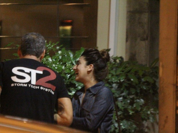 Fernanda Paes Leme com amigo em bar na Zona Sul do Rio (Foto: Delson Silva/ Ag. News)