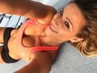 Jade Barbosa posa de top para selfie e exibe barriga trincada em dia de treino