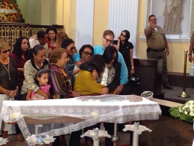 Patrícia Vasconcelos e Luz Morena, esposa e filha de Naná Vasconcelos (Foto: Malu Veiga/G1)