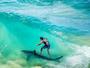 Julian Wilson surfa sobre tubarão na beira da praia em montagem incrível