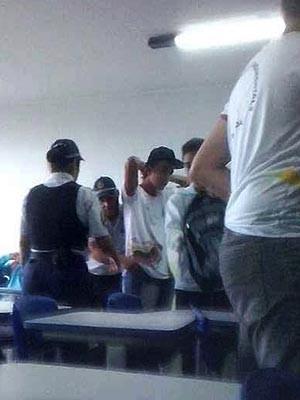 PMs revistam bolsas de alunos durante horário de aula no CEF 05 (Foto: Reprodução)