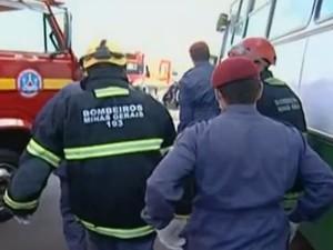 Batida entre ônibus e carreta deixa feridos em Uberaba (Foto: Reprodução/TV Integração)