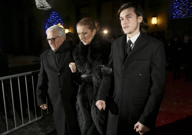 Celine Dion chega velório do marido com o filho Rene Charles Angelil à direita