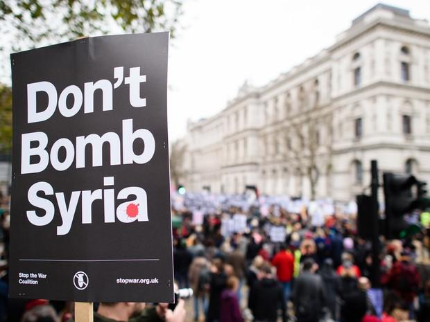 Manifestantes protestam neste sábado (28) em Londres contra possível participação do Reino Unido nos bombardeios contra o Estado Islâmico na Síria (Foto: Leon Neal/AFP)