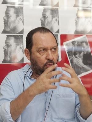 Fernando Kaxassa tem dificuldades em aceitar a morte de Sócrates (Foto: Divulgação / Jefferson Barcellos)