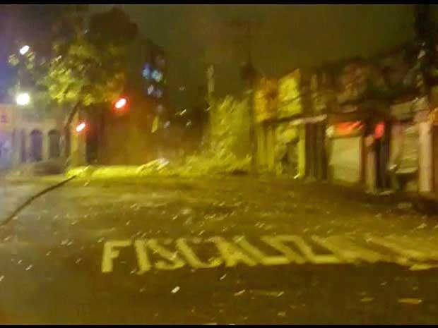 Rua São Luiz Gonzaga se transformou em uma área de entulho, vidros e pedaços de concreto (Foto: Reprodução / TV Globo)