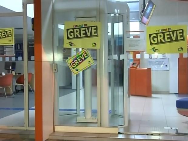 Agências amanheceram fechadas na região de Sorocaba e Itapetininga (Foto: Reprodução/TV TEM)