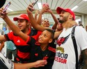 """Romulo chega ao Rio nos braços da torcida do Flamengo: """"Emocionante"""""""