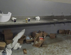 Lixo era visto espalhado pelos banheiros do Mineirão. Alguns não tinham fornecimento de água (Foto: Fernando Martins/Globoesporte.com/MG)