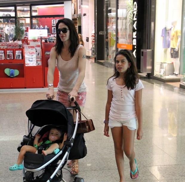 Babi Xavier passeia com a filha em shopping no Rio (Foto: Marcus Pavão/AgNews)