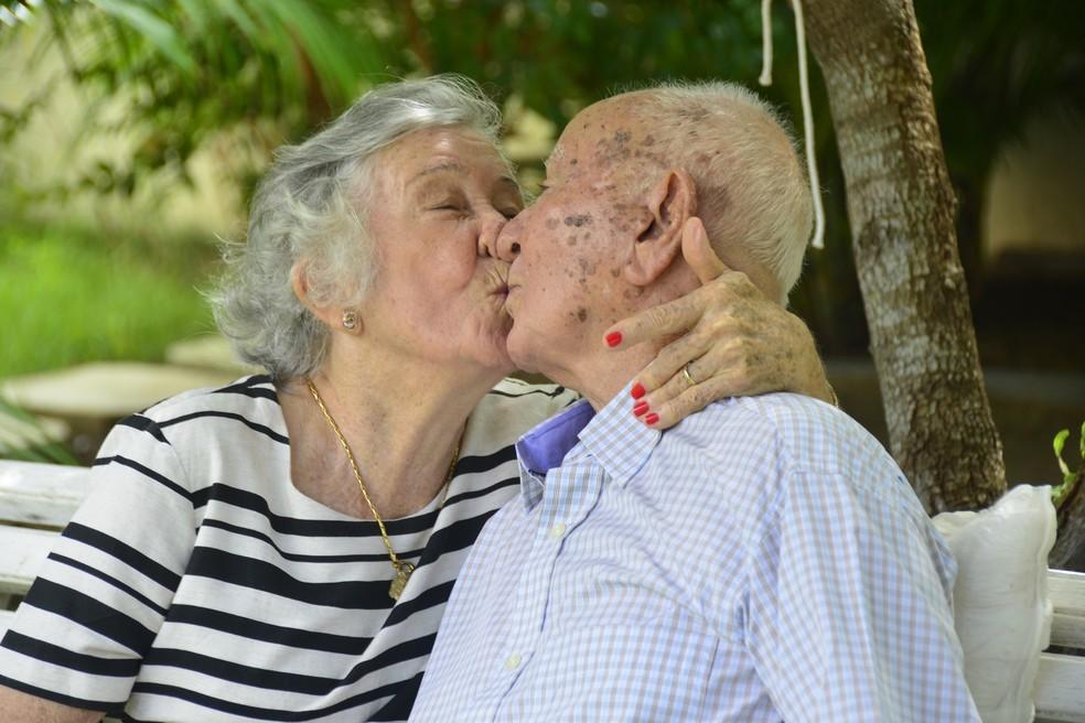 Juntos há 70 anos, casal anda de mãos dadas, troca beijos e carinhos  (Foto: Andréa Tavares/ G1 )