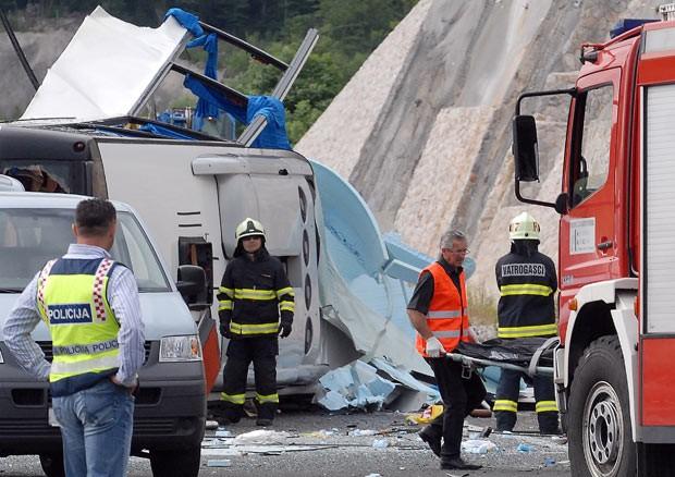 Equipes de resgate trabalham no local do acidente neste sábado (23) na Croácia (Foto: AFP)