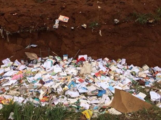 Livros didáticos foram descartados em lixão no distrito de Colina Verde (Foto: Fred Barbosa/ RO463)