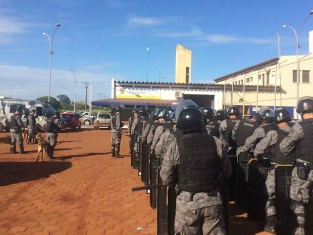 Policiais militares em fila para entrar no Presídio Estadual de Dourados (Foto: Camilla Jovê/ TV Morena)