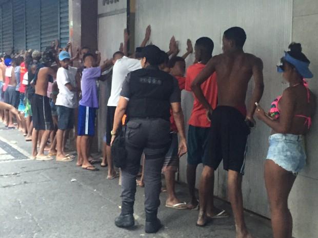 Policiais posicionam as pessoas junto à parede para serem revistadas (Foto: Nilo Maia/Globo)