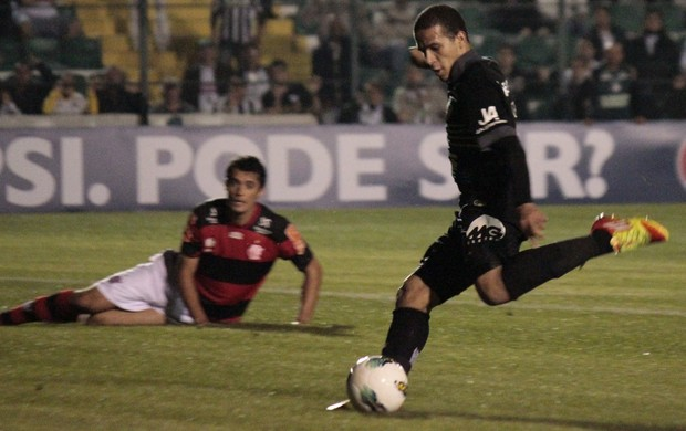Ronny, jogador Figueirense, contra o Flamengo (Foto: Luiz Henrique, divulga&#231;&#227;o / FFC)