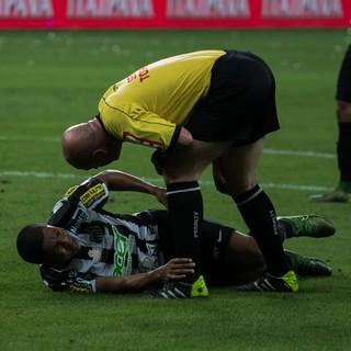 David Braz sentiu lesão durante jogo entre Santos e Palmeiras (Foto: Taba Benedicto / Agência O Dia / Estadão Conteúdo)