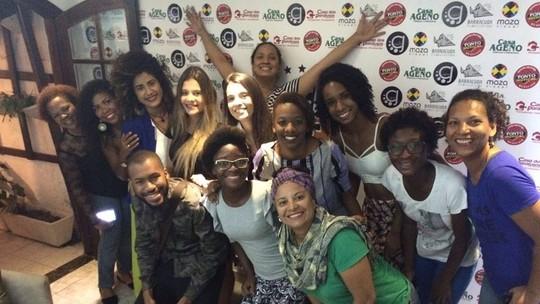 Figuração de 'Sol Nascente' se reúne para assistir estreia da novela em Cabo Frio, no RJ