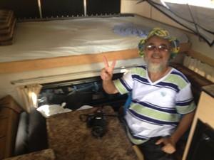 Eduardo Prata em compartimento usado na viagem  (Foto: John Pacheco/G1)